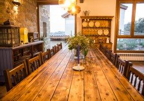 Con mesa de madera