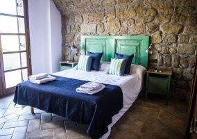 Dormitorios tras paredes de piedra