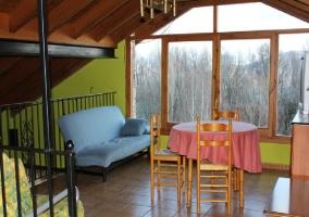 Fachada de la casa con jardín