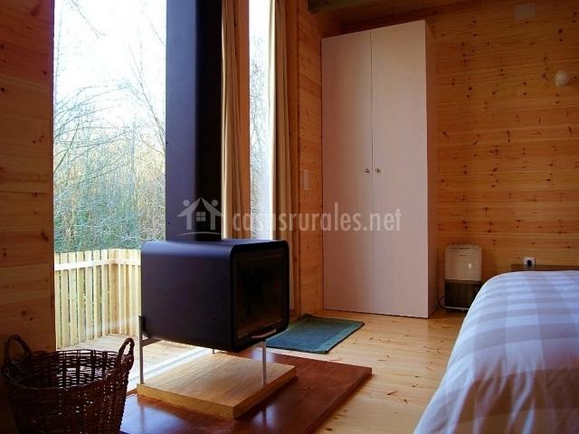 Estancia con chimenea y paredes de madera