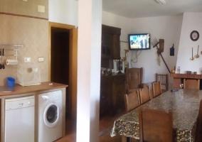 Sala de estar con sillones rosas y televisor