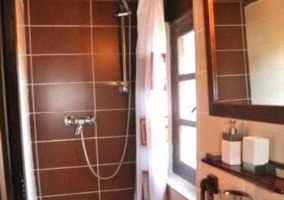 Aseo con ducha en la casa y ventana