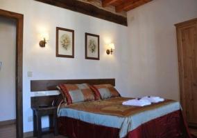 Dormitorio de matrimonio con dos listones de madera como cabeceros