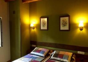 Dormitorio doble con paredes en color verde y camas individuales