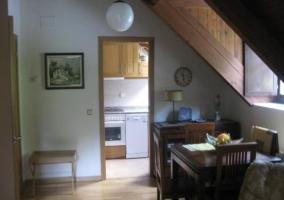 Sala de estar con el techo abuhardillado