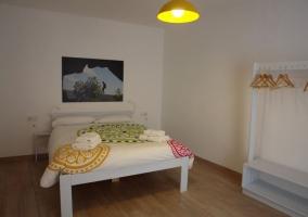 Dormitorio con suelo de parquet