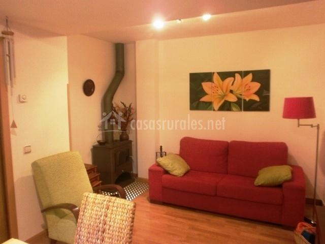 Apartamentos castillo 1 apartamentos rurales en parzan for Sala de estar rojo y blanco