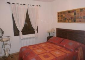 Sala de estar con sillones y cuadro de flores