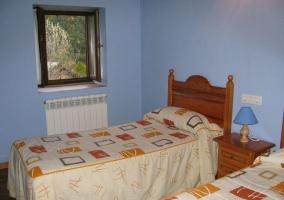 Sala de estar y cocina abierta con paredes rojas