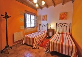 Dormitorio naranja con camas individuales