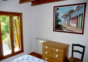 Dormitorio blanco con cama de matrimonio