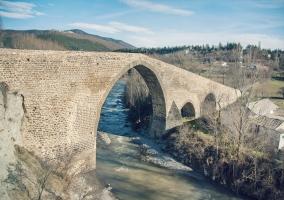 Puente medieval sobre el río Aragón