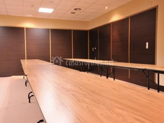 La casona de la roza d en villaviciosa asturias for Mesa sala de reuniones