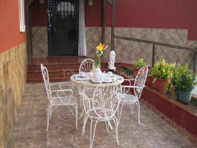 Con mobiliario de jardín