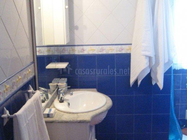 Aseo en tonos azules y blanco y mueble con espejo