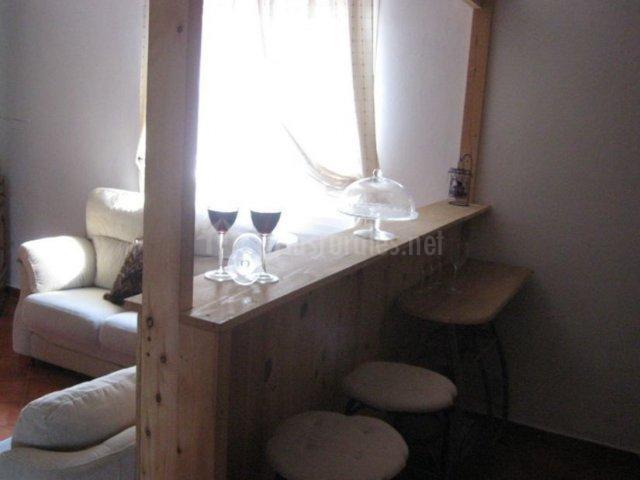 Cocina con barra que comunica con la sala de estar