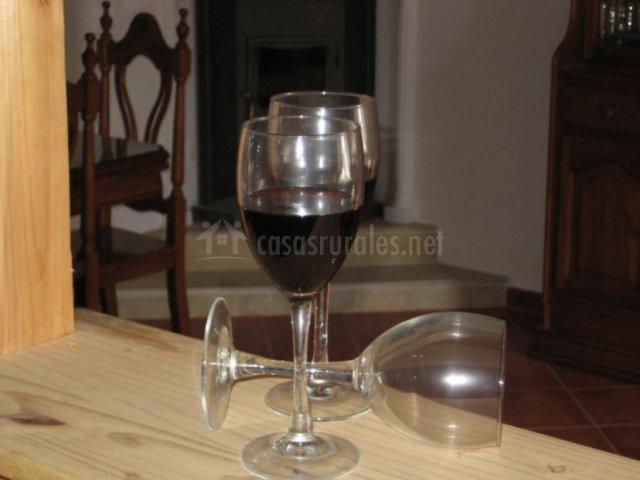 Cocina con barra y copas de vino sobre ella