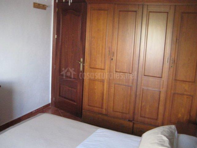 Dormitorio con lateral de armario y cama de matrimonio