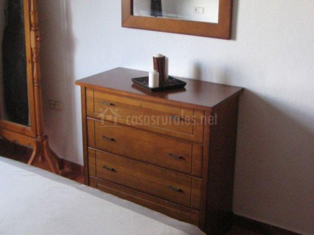 Dormitorio de matrimonio con espejo frente a la cama