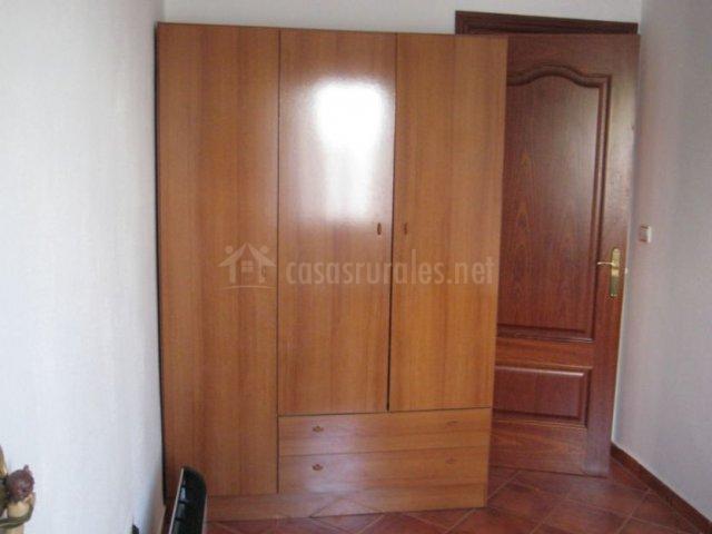 Dormitorio individual con armario ropero de madera