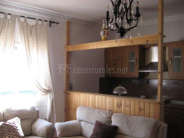 Sala de estar con ventanal y sillones tapizados