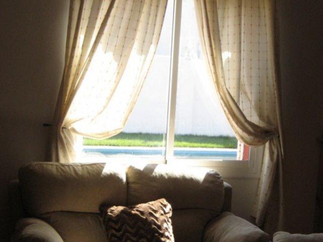 Sala de estar con ventanal y vistas de los exteriores