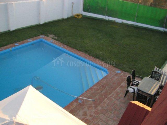 Vistas de la piscina y las zonas verdes