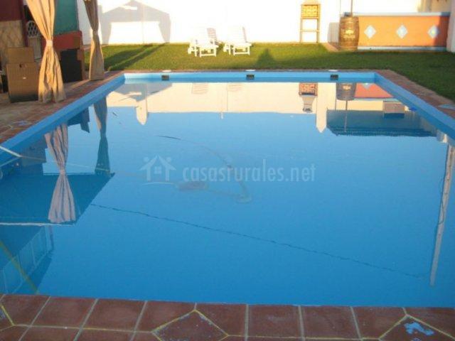 Vistas de la piscina y su acceso