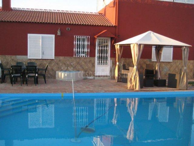 Vistas de la piscina y zona de cenador