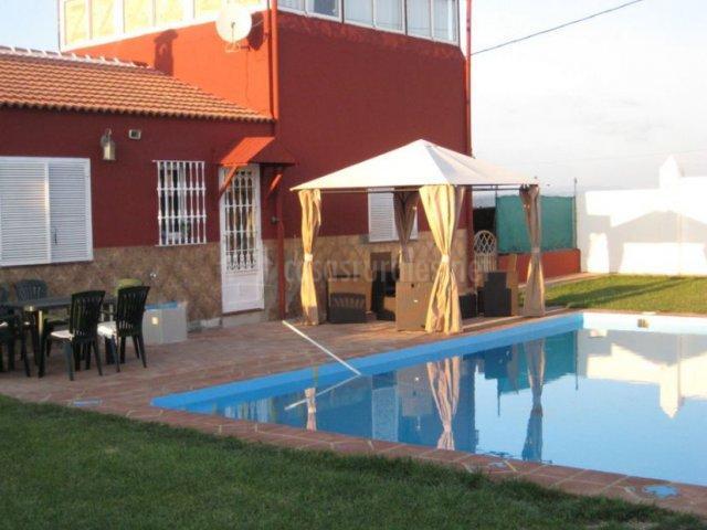 Vistas de los exteriores con piscina y terraza