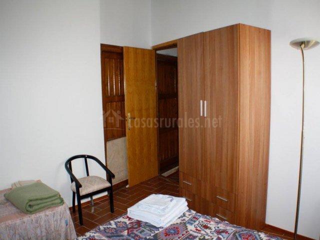 Dormitorio blanco con cama doble y supletoria