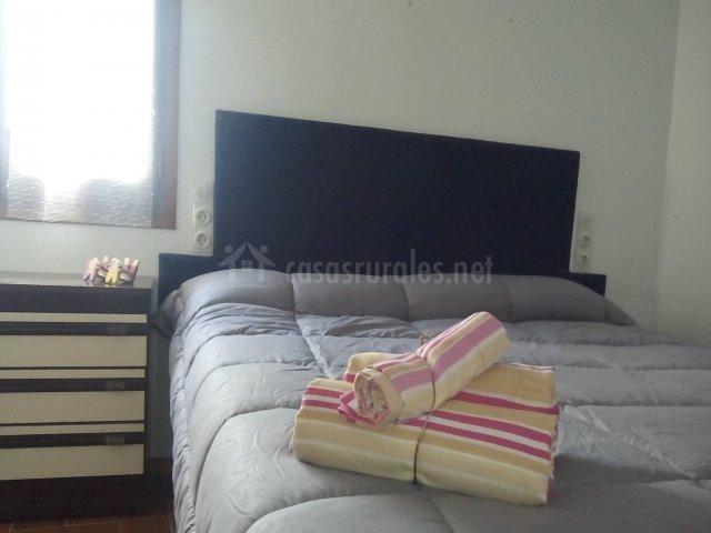 Dormitorio con mesilla junto a la cama doble
