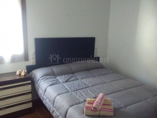 Dormitorio con toallas sobre la cama doble