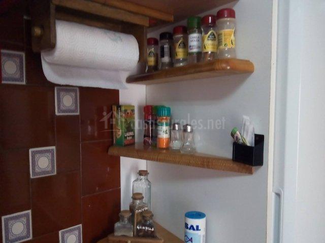 Estantes de la cocina con especias