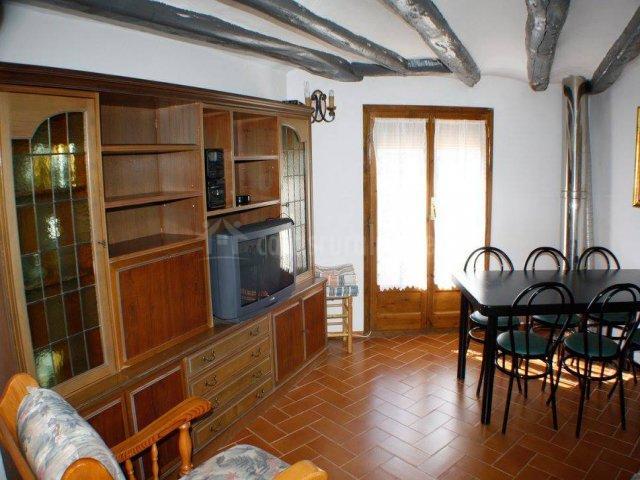 Sala de estar con mueble grande y comedor