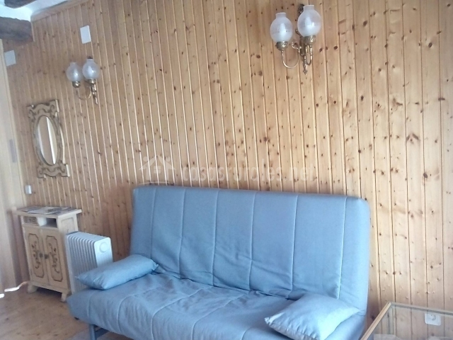 Salita de madera con sofá cama