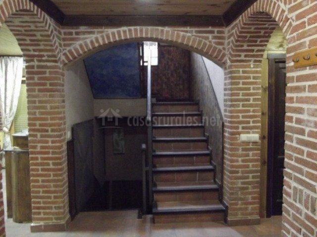 Pasillo con escaleras en la casa
