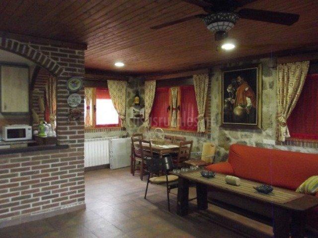 Sala de estar y comedor con acceso a cocina