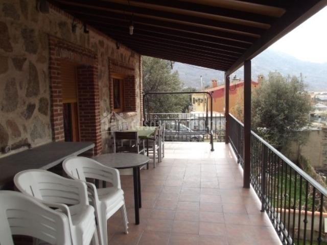 Terraza amplia con muebles blancos