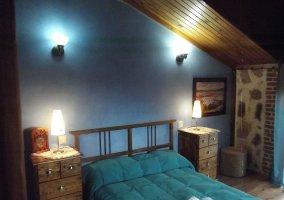 Dormitorio en segunda planta con pared azul