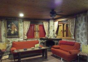 Sala con sillones naranjas y chimenea en la esquina