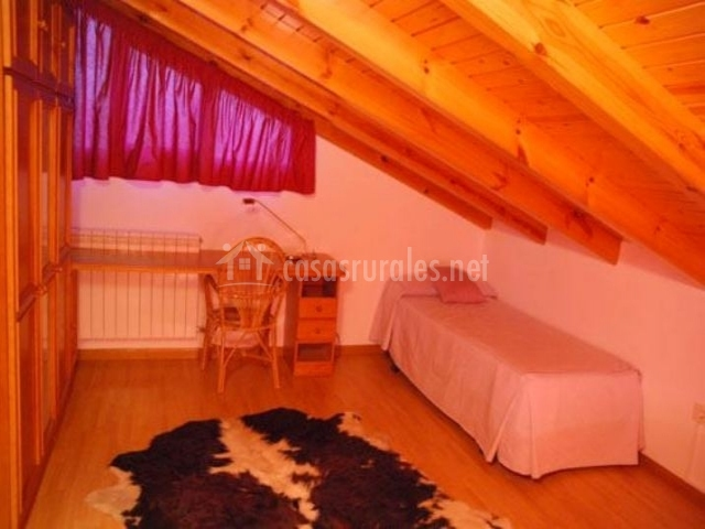 abuhardillado con cama doble dormitorio blanco con cama doble