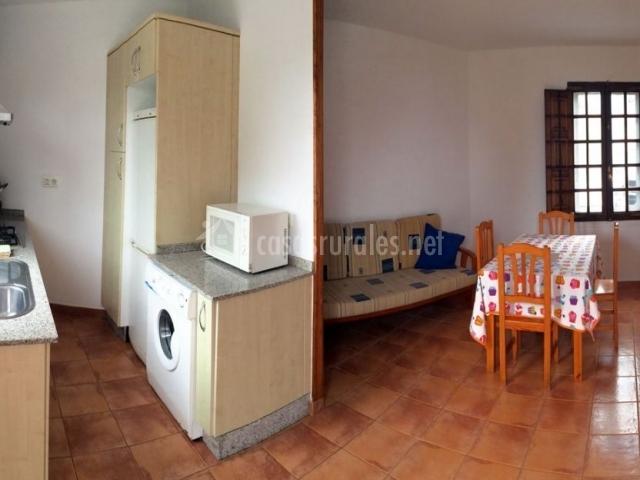 Casa do caeiro en samieira santa maria pontevedra for Sala de estar y cocina