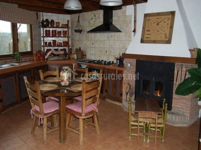 Cocina con mesa comunicada con la sala de estar