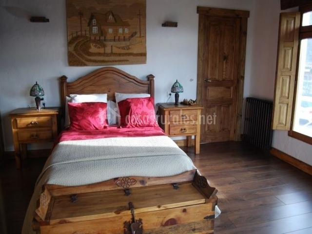 Dormitorio de matrimonio con baúl de madera