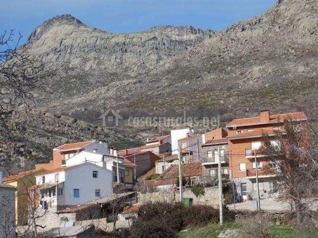 Zona centro de nuestro pueblo con montaña