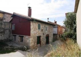 Acceso principal con fachada de piedra de la casa rural