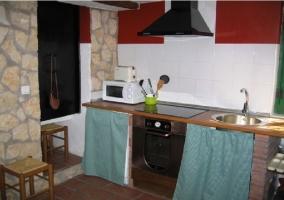 Cocina con horno antiguo en la casa rural