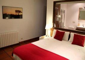 Dormitorio con calefacción y baño