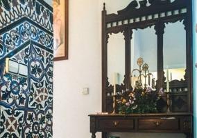 Hall recibidor con detalles decorativos